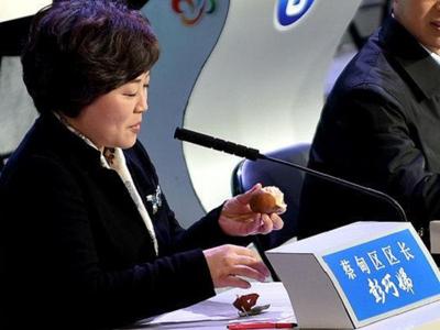 武汉电视问政 区长现场吃掉被污染的橘子