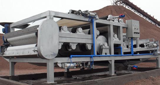 带式压滤机是污水处理常用的 污泥脱水机,带式压滤机分为重力浓缩污泥