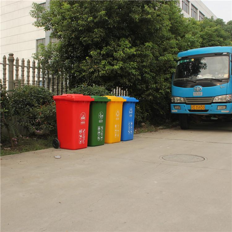 厂家批发南京塑料环卫垃圾桶 苏州市政挂车分类垃圾桶  规格:720*560*970(高) 重量:20斤 颜色:红、蓝、黄、绿(可以定制) 形状:长方形 产地:江苏常州 用轴:直径:Φ22mm镀锌钢材,长度614mm 厚度:桶壁:3.5mm logo:我们会根据客户的要求,专门印字,客户需要的logo图案、文字。 采用100%高密度聚乙烯原料(HDPE)改性后一次注塑成型,桶体前后都有凹凸槽设计,加强桶体的耐冲击度,不宜弯曲变形,中低分子量分布并注入高质量防紫外原料,具有日久不褪色,不变脆的性能。〇
