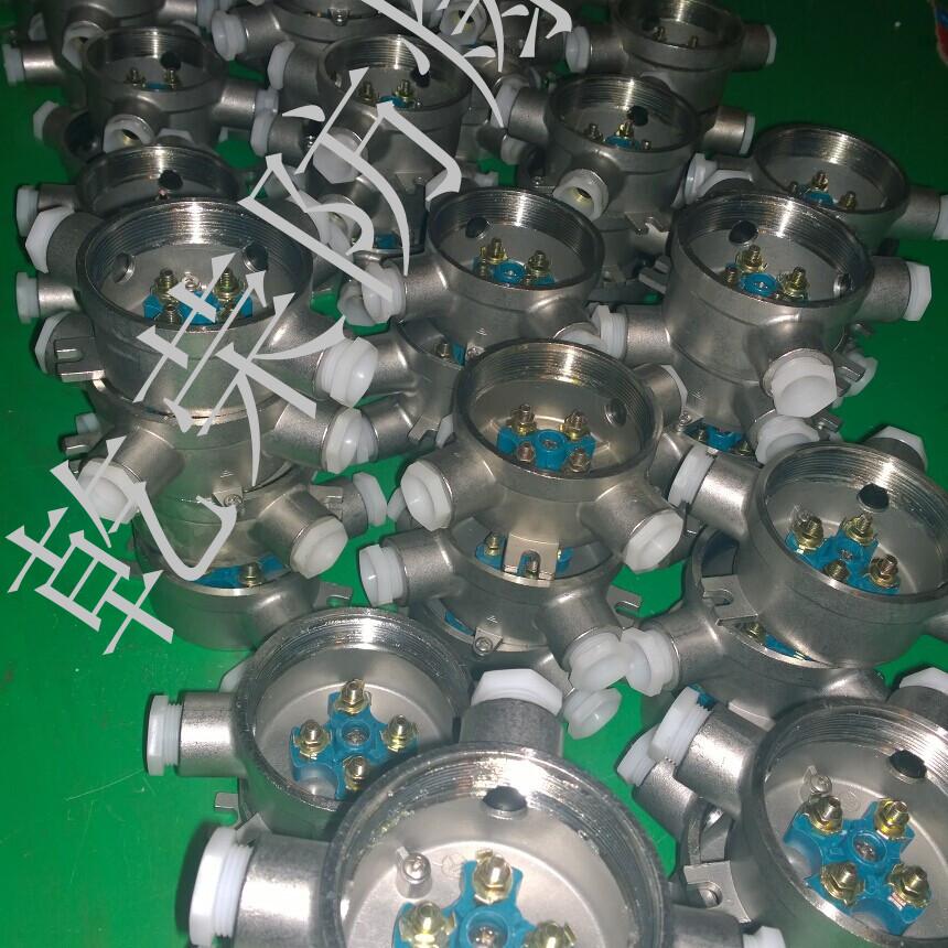 防爆接线盒是一种用在防爆电气线路铺设中的一种密封性能优势的连接保护件,内部使用接线柱用于线缆与线缆的连接,盒体采用密封技术对电缆连接部进行密封保护。 材质: 304不锈钢 工作电压: 380V 工作电流20A,防爆标志:ExdIIBT6/ExdIICT6 304不锈钢防爆接线盒壳体采用304不锈钢精密铸造而成,表面颜色为不锈钢原色,未镀锌和喷塑,美观大方。可用钢管或电缆布线。结构为平盖结构,按通口数量又分为:一通、直二通、三通、四通、直角二通几种。目前只配有6分和1寸的通径规格。 2.